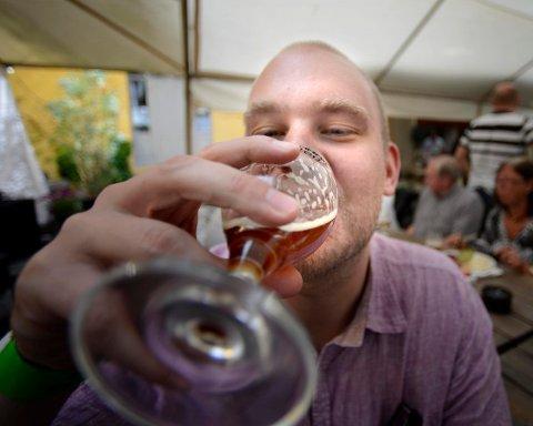 SMAKSPRØVER: Øltørste kan glede seg til messe i Veggli. Bildet er fra en ølfestival på Christians kjeller.