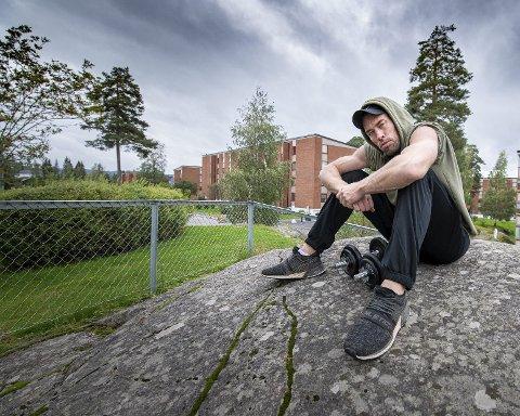 Ivan Andre Persson er tilbake der alt startet. – Det var helt jævlig for meg å vokse opp i Lørenskog, sier han. Foto: Vidar Sandnes