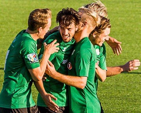 MYE JUBEL: Gjelleråsen feirer et mål i fjorårets sesong. Denne fotballsesongen blir det mulig å se mer fotball på rb.no Samtlige kamper i 3. divisjon sendes direkte. FOTO: MIKE HILLINGSETER