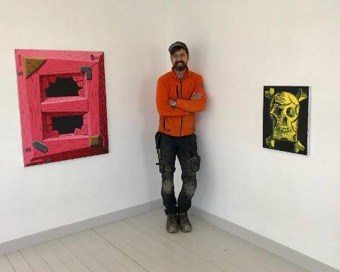 Christoffer Fjeldstad åpner galleri i låven på hjemgården sin i Nannestad.