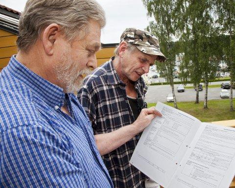 SKEPTISKE: Ernst Ingar Nedrelid (t.v.) og nabo Stein Røise er sterkt bekymret for grunnforholdene og at bygget de bor i, blir skadet når Conceptor starter utbyggingen i Sætre sentrum.