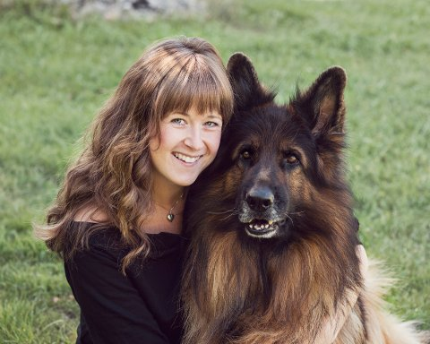 FOTOGRAFEN OG HUNDEN: Elisabeth Figenschou Jølstad kan nå velge og vrake blant hundrevis av hunder til sitt fotoprosjekt. Her er fotografen avbildet sammen med sin hund, Leo.