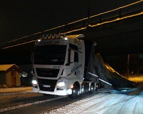 En lastebil har kjørt seg fast under 109-broen på Greåker mandag ettermiddag.