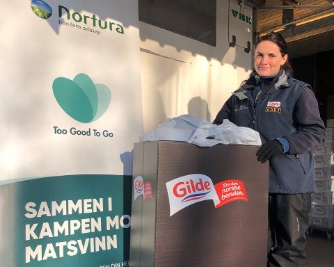 Vlora Ibishi fra medlemsbutikken ved Nortura Sarpsborg leverer varer til Too good to go.