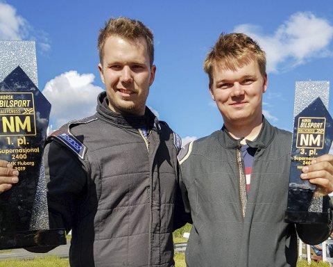 KOMPISER: I helgen skal det avgjøres: Hvem av kompisene Jørgen Syversen (t.v.) og Simen Engsvik blir norgesmester i rallycross?