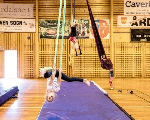 LÆRING: Barna har lært nye måtar å koordinere kroppen på.