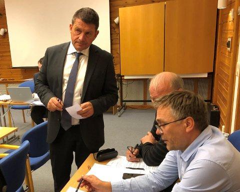 UTFORDRINGAR: Aurlandsordførar Trygve Skjerdal (Sp, ståande) og rådmann Steinar Søgaard (sitjande i front) har ein utfordrande økonomi å hanskast med. Økonomisjef Reidar Johnsen i bakgrunnen. Biletet er frå eit tidlegare kommunestyremøte.