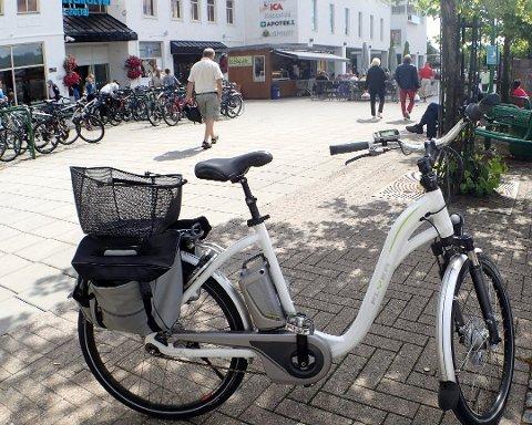 ELSYKLING I SOMMER: En elsykkel kan gjøre byen og utestedene lettere tilgjengelige om sommeren. – Vi må oppfordre folk til å la sykkelen bli stående, eller trille den hjem, dersom de blir beruset, sier politistasjonssjef Brian Jacobsen. ILLUSTRASJONSFOTO: Steinar Ulrichsen