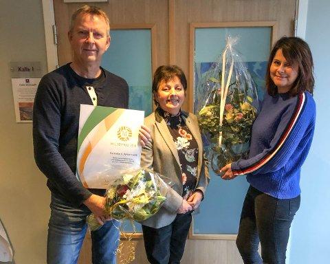 Prisvinnerne Erik Halle (til venstre) og Linda Margareth Øye (til høyre) får blomster fra Surnadal-ordfører Lilly Gunn Nyheim i midten.