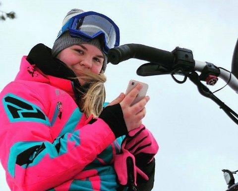 FORBUDT: – Nå klarer jeg meg ikke uten snøskuterkjøring, sier Ida Kristine Berg (20). Vinteren i år er litt annerledes enn vanlig vintre fordi grensen til Sverige er stengt. I Norge er det forbudt å kjøre snøskuter fritt i skogen og på fjellet.