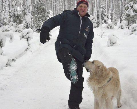 Tl Heggenes: Rune Stenslette, her med turkameraten, hunden Dennis. Fredag kommer han til Heggenes for å hjelpe til med å dra i gang gå-trimgruppe i samarbeid med Øystre Slidre frivilligsentral.