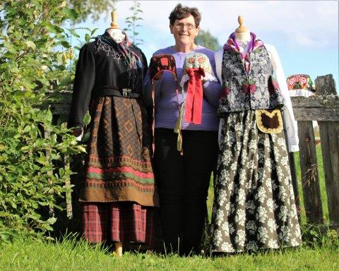 Asta Karin med Rutastakk til venstre og Sjarteliv til høgre med luer.