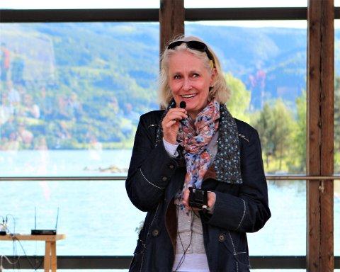 Ubehagelig: Bente Hemsing synes det er ubehagelig at noen har tatt seg inn på hyttetunet hennes i Vang og forsynt seg av vedstabelen.