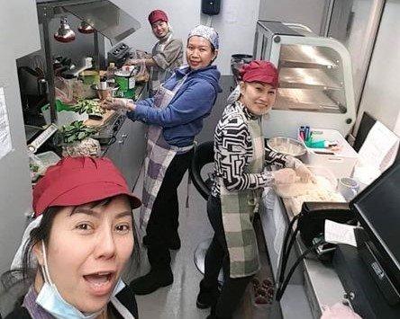 """FLYTTER: Jentene ved Tays thaimat i full aksjon med å lage mat i forbindelse med leirskredet i Gjerdrum. Fra begynnelsen av april flyttes matvogna fra Linderudsenteret til Mosletta. Prapaporn """"Tay"""" Boodngam er bakerst på bildet."""