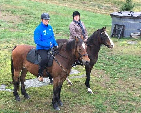 DYREGLADE: Familien på Grefsrød gård, her representert ved Bjarne og Thorunn Bredesen Tegneby, har dyr av alle slag på gården. Nå håper de å dele gleden ved å møte og stelle husdyr med barn i nærområdet.