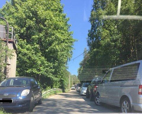 Alværn: Slik så det ut i Alværnveien ved 13:30-tiden søndag. Ved en eventuell brann eller ulykke kunne det blitt utfordrene for nødetatene å ta seg fram. Leserfoto