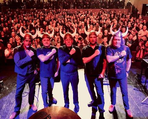 Godt formål: Det britiske bandet Procol Harum leverte varene under Bodø Jazz Open i år, og nå er vikinghjelmene som dem brukte i Bodø ute til aksjon. Aksjonen holdes av Kirkens Bymisjon Bodø og pengene går rett til deres arbeid.