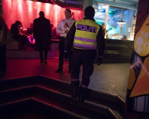 I begynnelsen av desember i fjor oppdaget politi og skjenkekontrollører åpenlys omsetning av narko i lokalene til Klubb Kok. Dette bildet er fra da politiet kontrollerte utestedet igjen like før jul.
