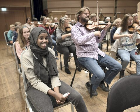 Elevene fikk oppleve Harmonien i øvingsmodus. Om få uker skal Minda Mahamud Salah og de andre elevene fra Rothaugen ungdomsskole selv arrangere konsert.