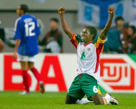 Senegals Papa Malick Diop feirer etter 1-0-seieren i åpningskampen mot tittelholder Frankrike. I bakgrunnen ser vi en skuffet Thierry Henry. (Arkivfoto: NTB scanpix)