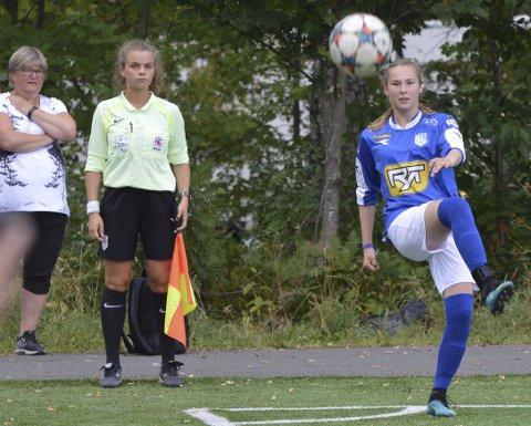Maren Hatletvedt (med flagg) mener alvor med dommersatsingen. Til Norway Cup er hun med på trinn to (av seks) på den norske dommerutdanningen.