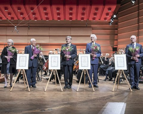 Aud Jebsen, Christian Rieber, Svein Steen Thomassen, Per Grieg sr. og Trond Mohn ble hedret under torsdagskonserten til Harmonien.