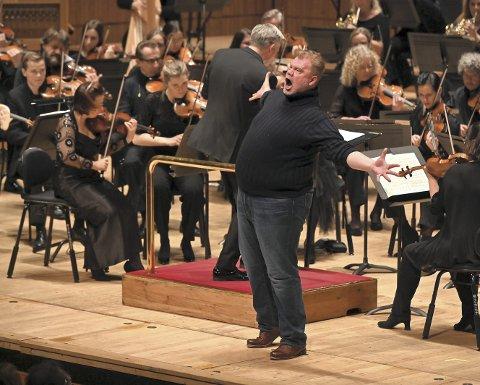 FULL POTT: Det omfangsrike ensemblet fra Bergen ble møtt med jubel i Royal Festival Hall i London i helgen. Tenor Stuart Skelton i hovedrollen som fiskeren Peter Grimes. FOTO: Mark Allan