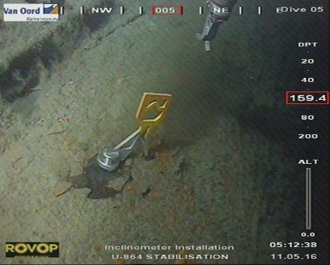 Den torpederte tyske ubåten U-864 ved Fedje bør ikke heves, mener Kystverket. Her fra arbeidet med å installere en støttefylling ved ubåten.