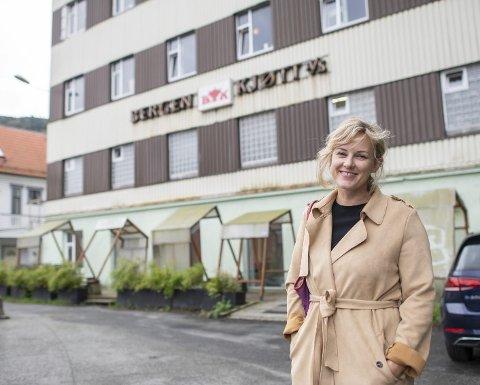 De kommende månedene blir den gamle margarinfabrikken, også kalt Bergen kjøtt, rustet opp for millioner. Kunstner og styremedlem i Foreningen Bergen Kjøtt, Silje Heggren, er glad arbeidet er i gang.