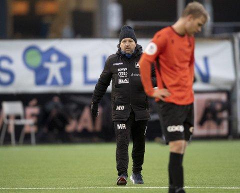 Morten Røssland måtte tåle stortap hjemme mot bunnlaget Strømmen. Håkon Lorentzen depper i front.