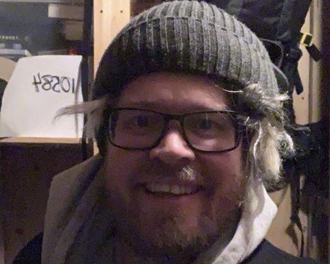 Komiker Christoffer Schjelderup får utløp for kreativiteten sin på nye måter, etter han ikke lenger kan stå fremfor et publikum. Her ser du han i aksjon i boden der han for å ikke plage familien, nå lager show. Foto: Privat