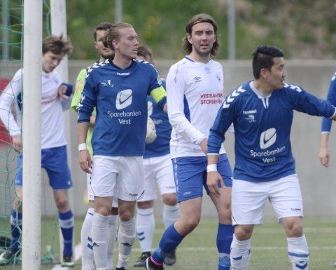 Fortsatt med: De fleste seniorlagene i lokalfotballen ser ut til å være med fremdeles. Bildet er fra en kamp mellom Vadmyra og Øystese i 2017.