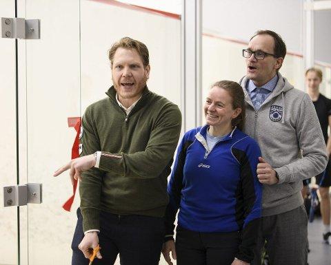 Elin Blikra smilte bredt lørdag, sammen med blant andre daglig leder for Åsane Squash, Tor-Christian Evensen (t.h.) og generalsekretær i squashforbundet Tord Bakke Arvesen.