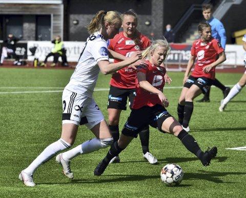 I forkant: Rosenborg og Emilie Bragstad (t.v.) var hakket bedre i det avgjørende situasjonen i treningskampen mot Thea Bjelde (t.h.) og Arna-Bjørnar.FOTO: Odd Løvset, Hordalandsfotball.