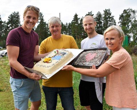 KAKEFEST: Arne Skuterud (i gult) fikk ikke bare én, men to kaker på jubileumsdagen. Her ser vi for øvrig (fra v.): Tidligere utøver Christoffer Rukke, tidligere utøver Reidar Borgersen og Hilde K. Glesne,  nestleder i skøytegruppa til Geithus IL.