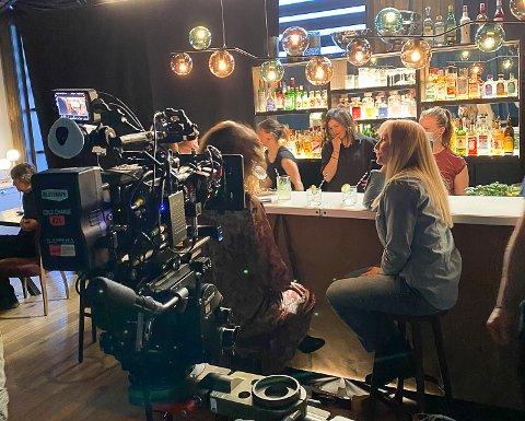 JENTETUR: Janne Formoe spiller en av hovedrollene i filmen «Jentetur», som for en stor del foregår på Norefjell Ski & Spa. Her sitter hun i den provisoriske baren som produksjonen har satt opp i hotellets restaurant.