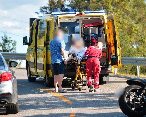 Kvinnen ble fraktet bort med ambulanse.