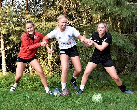 HAR DET MORO: Tre av spillerne river og sliter litt i hverandre – før trening. Vikersund-jentene er (fra v.): Rebekka Haavi Karadas (16), Synne Hereng Leversby (17) og Amalie Helland (17).