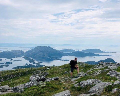 FJELLTUR: Kort tur, med stor utsikt. Her frå Store Batalden utanfor Florø.