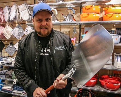 En pizzaspade er såpass stor at Stian Thorbjørnsen mestrer den. Bevæpnet med en Grandiosa er han helt sjef.