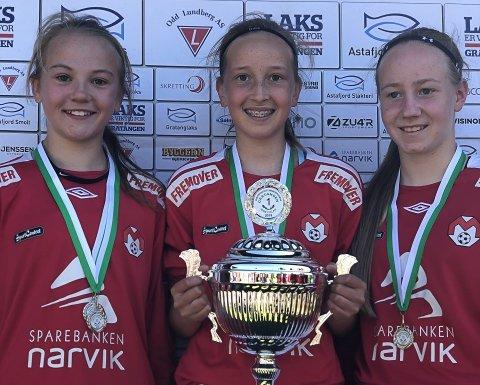 MED PÅ LAGET: Pernille Håvardsen (2006) Mathea Frantzen (2006) og Sarah Martinussen (2005) får sjansen på skyggelandslage og forberende landsalg i fotball.
