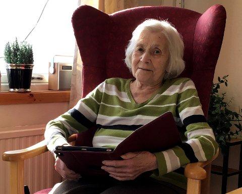TESTER: Alsine Skoglund er en av beboerne på Ballangen helse- og omsorgssenter som har fått testet de nye ipadene de har fått i gave. Nå kan hun ha videosamtaler med sine kjære.