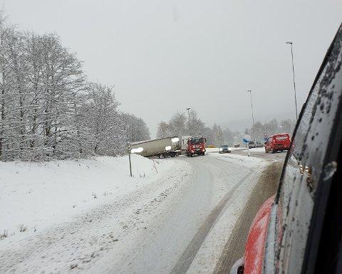 KJØRT UT: Et tungt kjøretøy har kjørt ut i rundkjøringa på Roa.