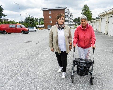 KRITISKE: Gina Hansen (tv) og Monika Jansenstiller kritiske spørsmål etter opplevelsene med AMK og legevakta.