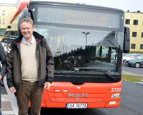 INGEN KONTANTER: For å unngå koronasmitte har direktør for Østfold kollektivtrafikk, Børre Johnsen, innført et midlertidig forbud mot kontantbetaling på bussen. Passasjerene oppfordres også til å holde avstand til sjåføren og andre passasjerer.