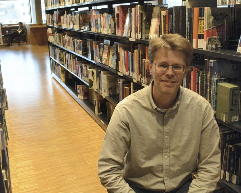 NYE VANER: Biblioteksjef på Hamar, Per Olav Sanner, kan fortelle om besøkstall som er noe lavere enn tidligere og at folk for alvor har oppdaget dette med e-bøker. Her har det vært en stor etterspørsel, trolig fordi folk i disse dager er litt skeptiske til bøker som til stadighet bytter hender. Det er ifølge FHI liten risiko knyttet til dette.