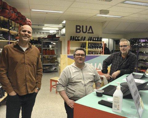 NYINNFLYTTET: BUA på Torghjørnet tok i forrige uke med seg flyttelasset sitt og flyttet inn i nye lokaler i etasjen under der hvor de tidligere holdt til. Nå har de fått om lag 50 kvadratmeter mer å boltre seg på i senterets underetasje og kan melde om stor pågang. Det gleder virksomhetsleder på Crux Jon-Arne Frøyland, BUA-ansatt Dag Frode Jensen og driftsleder Arne Fossen.