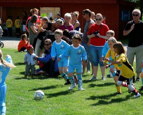 I 32 år: Eidfjord 2003-modellar i kamp mot Hausvik frå Osterøy under cupen i 2010. I heile 32 år har den populære cupen vore møteplass. No vil styret ha endra leiarstruktur og nye impulsar. Arkivfoto