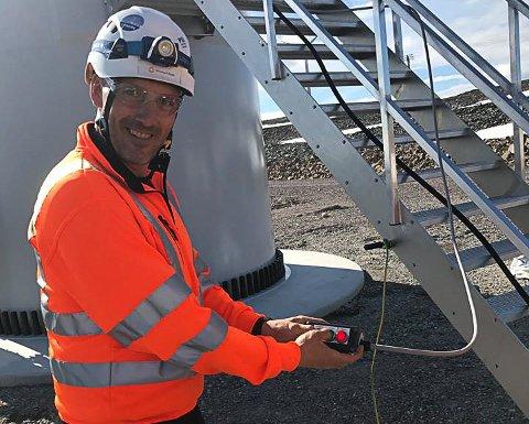 – MILEPÆL: Administrerende direktør i Finnmark Kraft, Egon Leonhardsen fikk trykke på knappen som satte i gang den første produksjonen av strøm fra Hamnefjell vindpark.