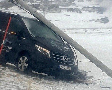 RETT I STOLPEN: Det endte rett i lyktestolpen for Mercedesen, den ene taxien til Ros-Mari Forsberg Sukavara,  for en liten tid tilbake. Den siste tiden har begge taxiene vært på verksted.